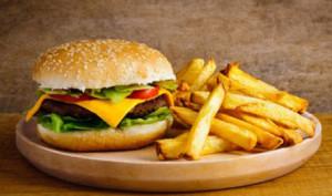 Hamburger con patatine fritte. Mister Pizza Livigno